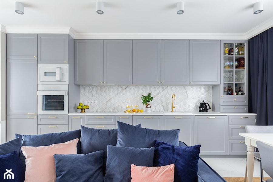 """Realizacja projektu ,,Pastelowa elegancja"""" - Średnia otwarta biała szara kuchnia jednorzędowa w aneksie z oknem, styl nowoczesny - zdjęcie od Idea by Mag."""