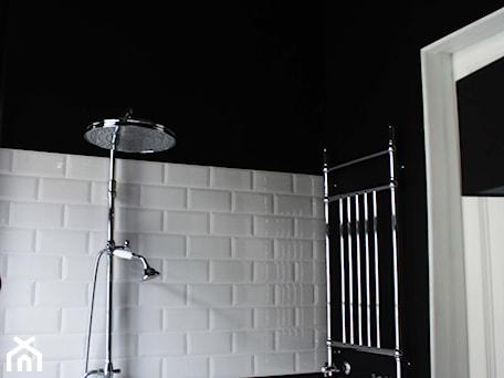 Aranżacje wnętrz - Łazienka: Showroom Motocultura7 - Łazienka, styl klasyczny - DEKA DESIGN. Przeglądaj, dodawaj i zapisuj najlepsze zdjęcia, pomysły i inspiracje designerskie. W bazie mamy już prawie milion fotografii!