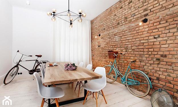 cegła w jadalni, ceglana ściana, białe krzesła