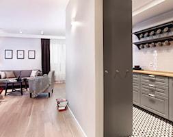 Apartament szary. - Średnia otwarta biała kuchnia jednorzędowa, styl skandynawski - zdjęcie od DEKA DESIGN