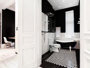 Apartament w Sopocie. Wyjątkowy. - Średnia biała czarna łazienka w bloku z oknem, styl vintage - zdjęcie od DEKA DESIGN