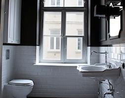 Showroom Motocultura7 - Duża biała czarna łazienka z oknem, styl klasyczny - zdjęcie od DEKA DESIGN