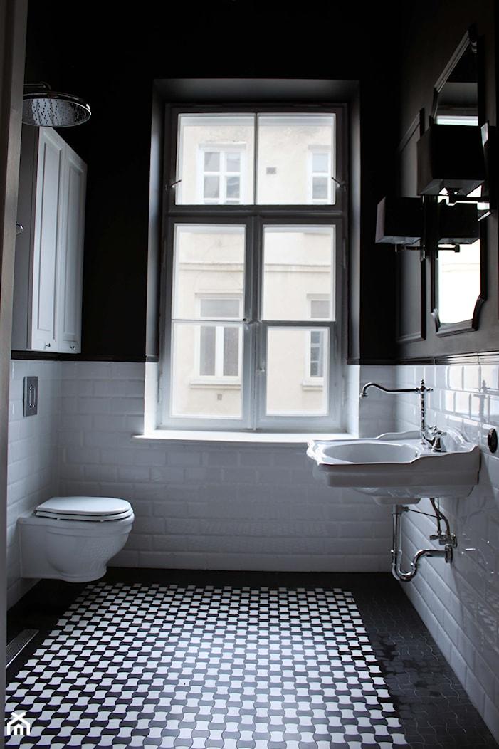 Showroom Motocultura7 - Duża biała czarna łazienka z oknem, styl klasyczny - zdjęcie od DEKA DESIGN - Homebook