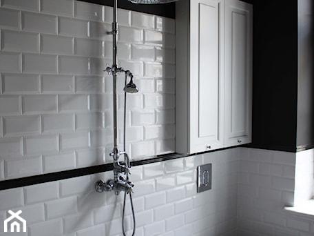 Aranżacje wnętrz - Łazienka: Showroom Motocultura7 - Mała biała czarna łazienka w bloku w domu jednorodzinnym z oknem, styl klasyczny - DEKA DESIGN. Przeglądaj, dodawaj i zapisuj najlepsze zdjęcia, pomysły i inspiracje designerskie. W bazie mamy już prawie milion fotografii!