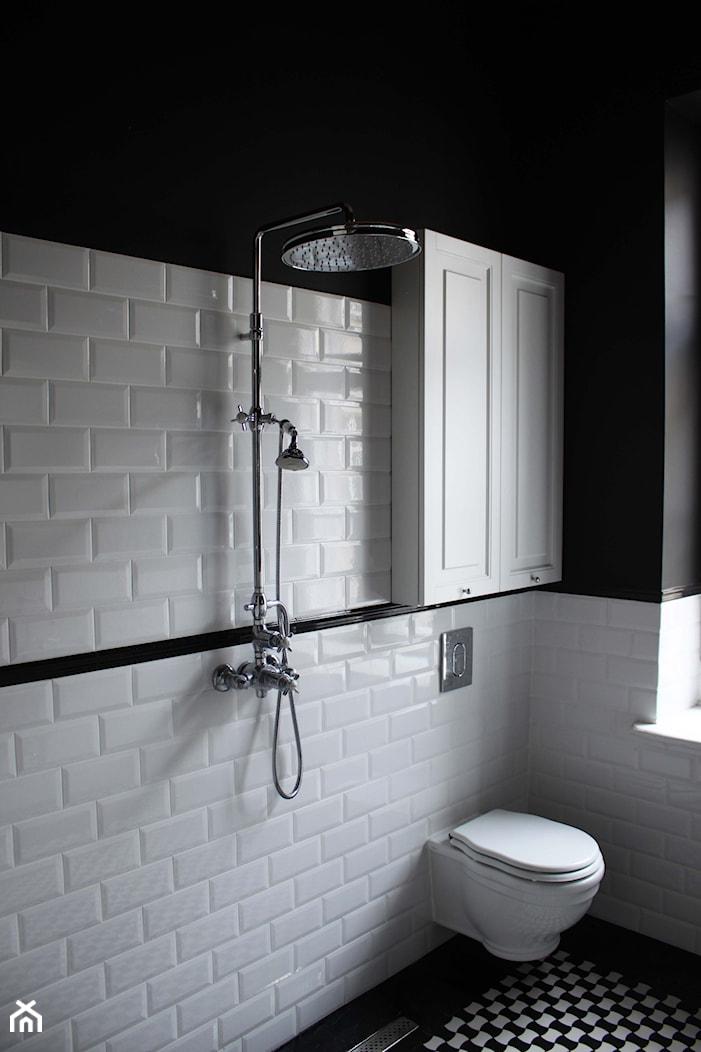 Showroom Motocultura7 - Mała biała czarna łazienka w bloku w domu jednorodzinnym z oknem, styl klasyczny - zdjęcie od DEKA DESIGN - Homebook