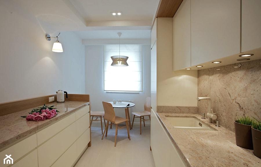 Klasycznie i nowocześnie. Apartament ponadczasowy. - Średnia zamknięta biała szara kuchnia dwurzędowa z oknem, styl nowoczesny - zdjęcie od DEKA DESIGN