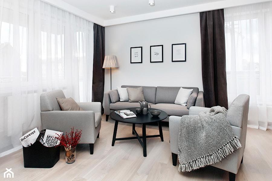 Apartament szary. - Średni szary salon z tarasem / balkonem, styl skandynawski - zdjęcie od DEKA DESIGN