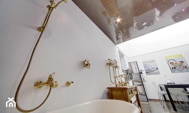 sufit napinany lustrzany w łazience