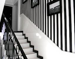 Średnie wąskie schody dwubiegowe z materiałów mieszanych, styl minimalistyczny - zdjęcie od Angelika Kozanecka