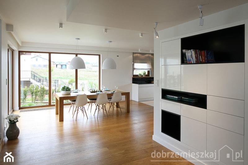Średnia otwarta biała jadalnia w salonie, styl nowoczesny - zdjęcie od Epoca-Pracownia Projektowa - Homebook