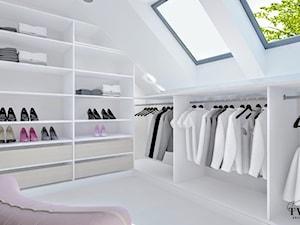 Dom w Sopocie - Średnia garderoba z oknem na poddaszu oddzielne pomieszczenie - zdjęcie od Klaudia Tworo Projektowanie Wnętrz