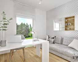 Dom w Jarocinie - Średnie szare białe biuro domowe w pokoju, styl nowoczesny - zdjęcie od Klaudia Tworo Projektowanie Wnętrz