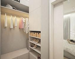 Żoliborz Artystyczny 88,5 - Średnia otwarta garderoba przy sypialni, styl nowoczesny - zdjęcie od Klaudia Tworo Projektowanie Wnętrz
