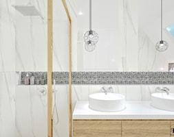 Dom w Jarocinie - Mała biała łazienka na poddaszu w domu jednorodzinnym z oknem, styl nowoczesny - zdjęcie od Klaudia Tworo Projektowanie Wnętrz