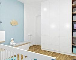 Średni biały niebieski pokój dziecka dla chłopca dla dziewczynki dla niemowlaka, styl skandynawski - zdjęcie od Klaudia Tworo Projektowanie Wnętrz