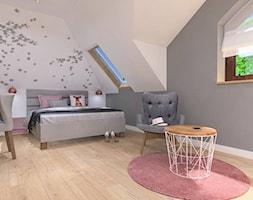 Sypialnia z akcentem różu - Średnia biała szara sypialnia małżeńska na poddaszu, styl nowoczesny - zdjęcie od Klaudia Tworo Projektowanie Wnętrz