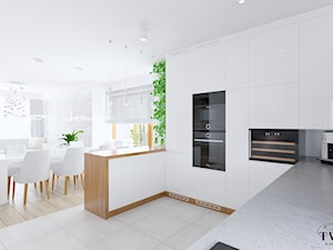Dom pod Łodzią - Duża biała szara kuchnia w kształcie litery g w aneksie z wyspą z oknem, styl tradycyjny - zdjęcie od Klaudia Tworo Projektowanie Wnętrz