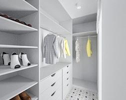 Dom w Jarocinie - Mała zamknięta garderoba, styl nowoczesny - zdjęcie od Klaudia Tworo Projektowanie Wnętrz
