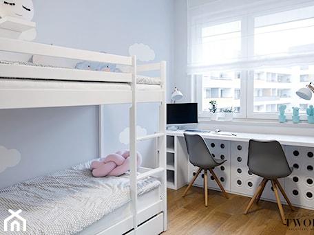 Żoliborz Artystyczny Biały - Mały niebieski pokój dziecka dla chłopca dla dziewczynki dla rodzeństwa dla ucznia dla nastolatka - zdjęcie od Klaudia Tworo Projektowanie Wnętrz