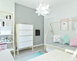 Mieszkanie w Łodzi - Mały szary pokój dziecka dla chłopca dla dziewczynki dla ucznia dla malucha - zdjęcie od Klaudia Tworo Projektowanie Wnętrz