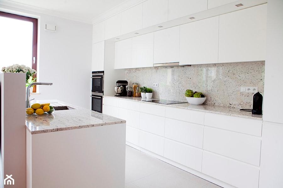 Mieszkanie na Ursynowie (Warszawa) - Średnia otwarta biała beżowa kuchnia dwurzędowa w aneksie z wyspą, styl nowoczesny - zdjęcie od Pracownia Architektoniczna Małgorzaty Górskiej-Niwińskiej