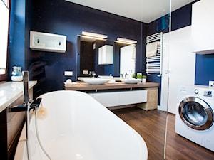 Łazienki - Średnia niebieska łazienka z oknem - zdjęcie od Pracownia Architektoniczna Małgorzaty Górskiej-Niwińskiej