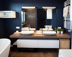 Łazienki - Średnia niebieska łazienka - zdjęcie od Pracownia Architektoniczna Małgorzaty Górskiej-Niwińskiej