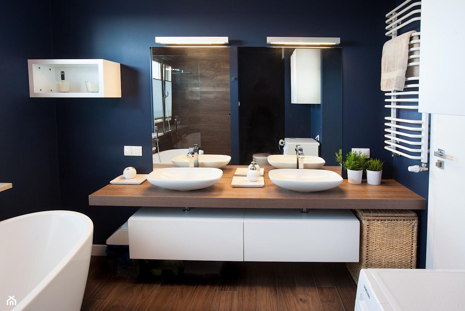 Odważne kolory - Średnia niebieska łazienka - zdjęcie od Pracownia Architektoniczna Małgorzaty Górskiej-Niwińskiej - Homebook