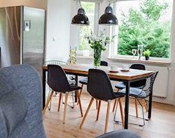 Dom w Julianowie - Średnia otwarta biała jadalnia w salonie, styl skandynawski - zdjęcie od Pracownia Architektoniczna Małgorzaty Górskiej-Niwińskiej