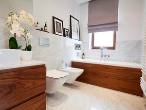 Mieszkanie na Ursynowie (Warszawa) - Średnia biała łazienka jako domowe spa z oknem, styl nowoczesny - zdjęcie od Pracownia Architektoniczna Małgorzaty Górskiej-Niwińskiej