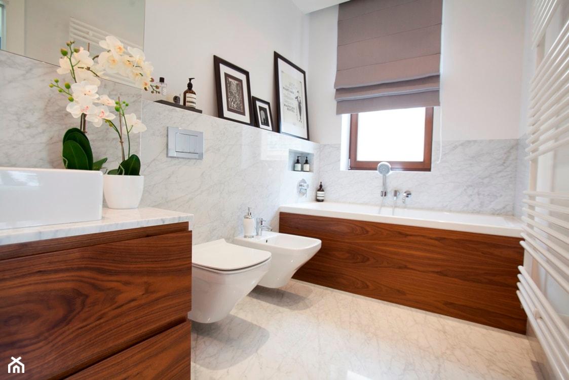 Mieszkanie na Ursynowie (Warszawa) - Średnia biała łazienka jako domowe spa z oknem, styl nowoczesny - zdjęcie od Pracownia Architektoniczna Małgorzaty Górskiej-Niwińskiej - Homebook