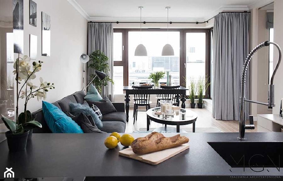 Apartament na Mokotowie - Średni szary beżowy salon z kuchnią z jadalnią, styl klasyczny - zdjęcie od Pracownia Architektoniczna Małgorzaty Górskiej-Niwińskiej