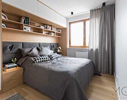 Z myślą o Rodzinie - Średnia biała sypialnia małżeńska, styl nowoczesny - zdjęcie od Pracownia Architektoniczna Małgorzaty Górskiej-Niwińskiej - Homebook