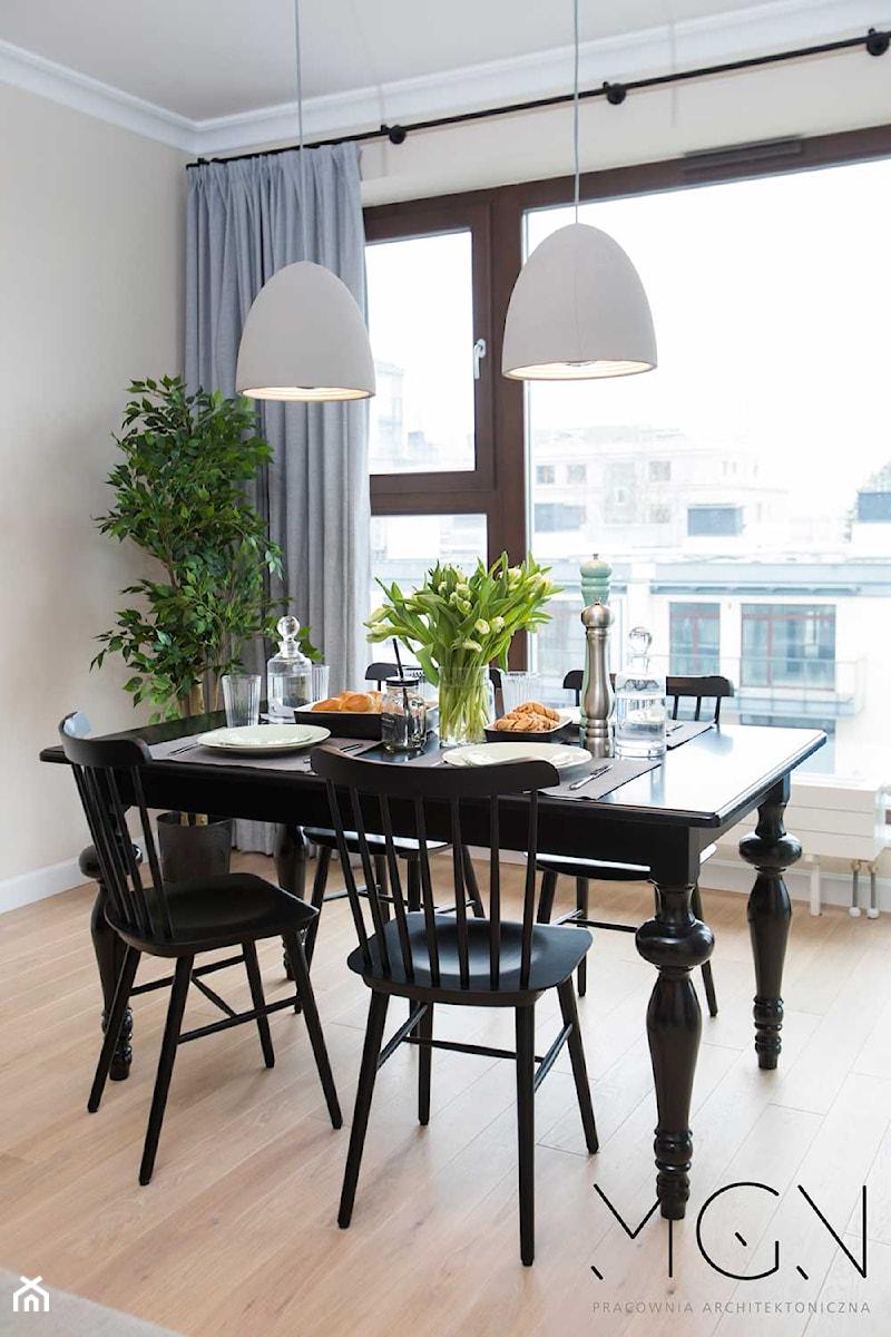 Apartament na Mokotowie - Średnia szara jadalnia w salonie, styl klasyczny - zdjęcie od Pracownia Architektoniczna Małgorzaty Górskiej-Niwińskiej