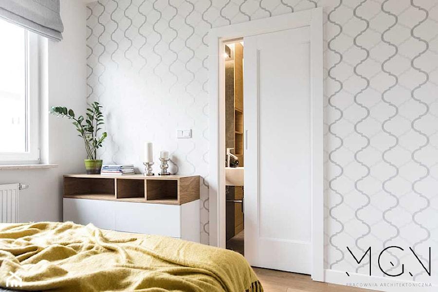 Szczypta koloru - Średnia biała sypialnia małżeńska z łazienką, styl nowoczesny - zdjęcie od Pracownia Architektoniczna Małgorzaty Górskiej-Niwińskiej