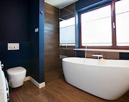 Łazienki - Średnia niebieska brązowa łazienka - zdjęcie od Pracownia Architektoniczna Małgorzaty Górskiej-Niwińskiej