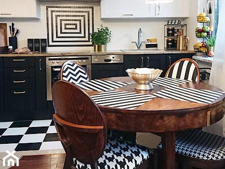 Aranżacje wnętrz - Kuchnia: Modna metamorfoza kuchni w weekend - Średnia biała kuchnia jednorzędowa w aneksie z oknem - Pani to potrafi. Przeglądaj, dodawaj i zapisuj najlepsze zdjęcia, pomysły i inspiracje designerskie. W bazie mamy już prawie milion fotografii!