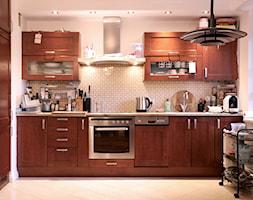 Modna metamorfoza kuchni w weekend - Średnia otwarta biała szara kuchnia w kształcie litery l z okne ... - zdjęcie od Pani to potrafi - Homebook