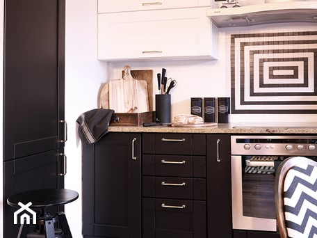 Aranżacje wnętrz - Kuchnia: Modna metamorfoza kuchni w weekend - Średnia otwarta biała czarna kuchnia jednorzędowa - Pani to potrafi. Przeglądaj, dodawaj i zapisuj najlepsze zdjęcia, pomysły i inspiracje designerskie. W bazie mamy już prawie milion fotografii!