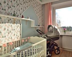 Mieszkanie w stylu skandynawskim - Średni biały szary pastelowy różowy niebieski pokój dziecka dla dziewczynki dla niemowlaka, styl skandynawski - zdjęcie od Koncept - beautiful inside