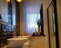 Dom w stylu glamour - Mała czarna szara łazienka w bloku w domu jednorodzinnym z oknem, styl glamour - zdjęcie od Koncept Beautiful Inside inż. Szymon Kamiński