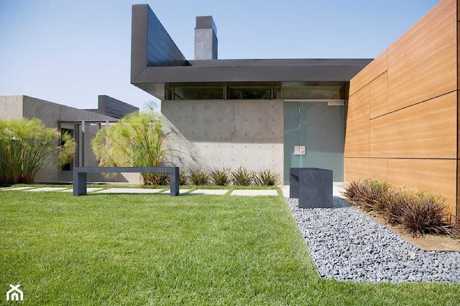 Aranżacje wnętrz - Ogród: Ława Regular - Duży ogród za domem zadaszony przedłużeniem dachu, styl minimalistyczny - Modern Line. Przeglądaj, dodawaj i zapisuj najlepsze zdjęcia, pomysły i inspiracje designerskie. W bazie mamy już prawie milion fotografii!