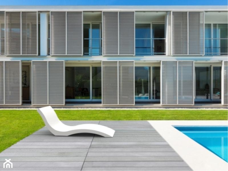 Średni ogród za domem z basenem - zdjęcie od Modern Line