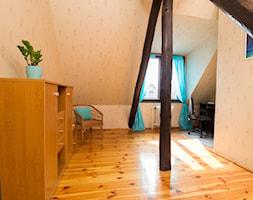 Realizacja - Noakowskiego - Szczecin - Średnie beżowe biuro kącik do pracy na poddaszu - zdjęcie od Home Staging Szczecin