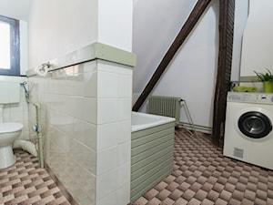 Realizacja - Noakowskiego - Szczecin - Średnia biała łazienka na poddaszu w domu jednorodzinnym z oknem - zdjęcie od Home Staging Szczecin