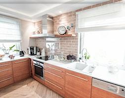 Rozbudowa domu na wrocławskich Maślicach - Duża czerwona kuchnia w kształcie litery l - zdjęcie od elde vision