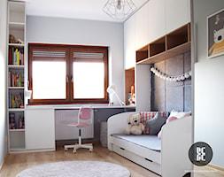 Pokój dla dziewczynki - Mały biały szary pokój dziecka dla dziewczynki dla ucznia dla malucha dla nastolatka, styl nowoczesny - zdjęcie od emilia cieśla | design & interior design