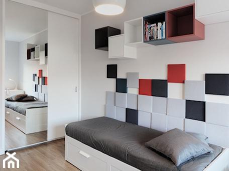 Aranżacje wnętrz - Pokój dziecka: Pokój nastolatki - Średni biały kolorowy pokój dziecka dla chłopca dla nastolatka, styl minimalisty ... - emilia cieśla | design & interior design. Przeglądaj, dodawaj i zapisuj najlepsze zdjęcia, pomysły i inspiracje designerskie. W bazie mamy już prawie milion fotografii!