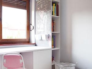Pokój dla dziewczynki - Mały szary pokój dziecka dla dziewczynki dla ucznia dla malucha dla nastolatka - zdjęcie od emilia cieśla | design & interior design
