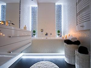 I LOVE WHITE - Średnia biała niebieska kolorowa łazienka - zdjęcie od LOFT ART Izabela Balbus